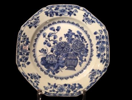 Paire d'assiettes octogonales en porcelaine de Chine