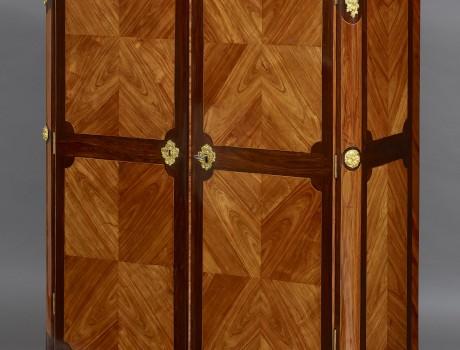 Petit meuble en Armoire Transition L.XV-L.XVI estampillé Nicolas Petit