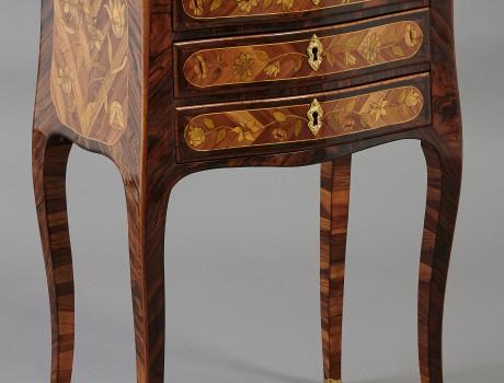 Petite table marquetée estampillée Rübestück Louis XV